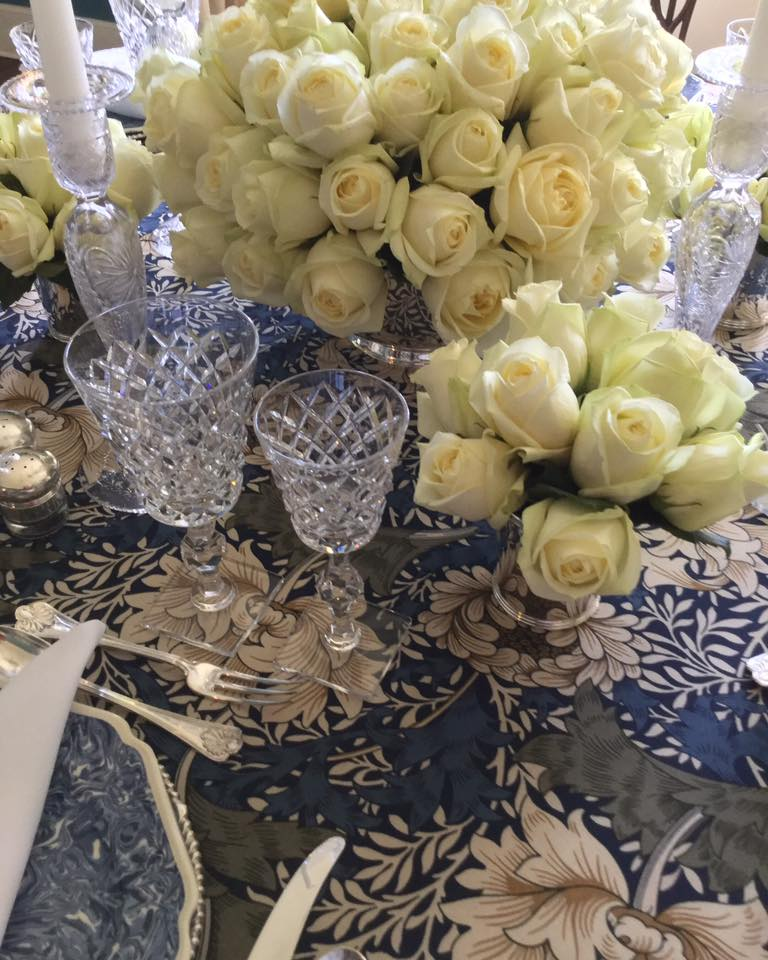 WHITE-ROSES-ON-TABLE-WITH-BLUE-AND-WHITE-DECOR